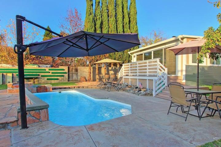 Relaxing getaway w pool, outdoor bar, pool table