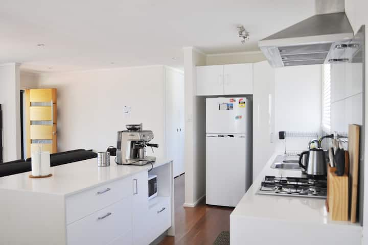 Page Fresh 3BR House (Free Wifi, Parking, Netflix)