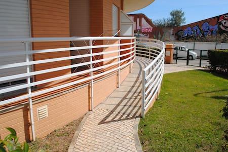Rampe d'accès par portillon latéral