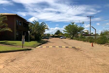 Acesso plano, com rampas e iluminado do village até o estacionamento.