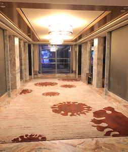 楼层电梯间有4部电梯,电梯间宽阔。