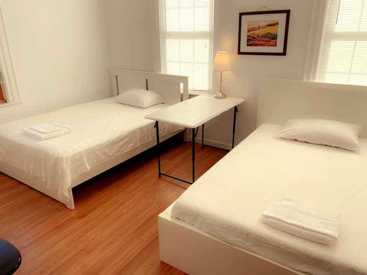 Two double beds private room (Easy street parking)