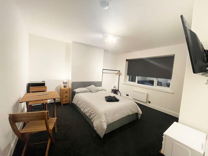 Self contained studio**1 min to Train Station.