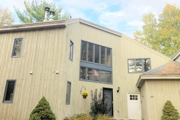 Sleeps 6 Excellent Location!  Walk to Town Square
