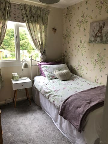 Lovely single bedroom with breakfast included