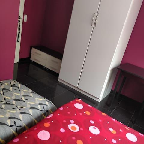 """""""La charmante""""-  chambre avec 1 lit-double + 1 matelas au sol"""