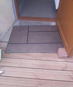 Ovi pysyy nykyisin itsekseen auki ja siinä on sähköinen oven avaus. Sisäänkäynnissä on matala kynnys josta pääsee pyörätuolilla yli, rappusia ei ole. Sisääntulotasanteella mahtuu kääntymään isollakin pyörätuolilla helposti!