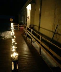 Rampin kaiteessa kulkeva valosarja helpottaa pimeän aikaan liikkumista