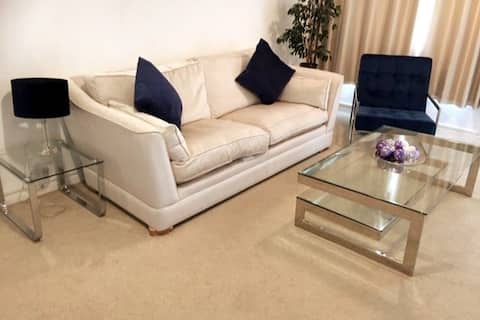 Stylish 2 bed house - pets welcome. Long stays