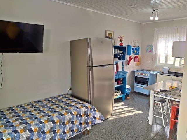 Sala e cozinha conjugada. Cozinha bem equipada. Sala com Smart TV e abaixo bicama, no outro da sala tem um sofá grande. Lugar muito arejado.