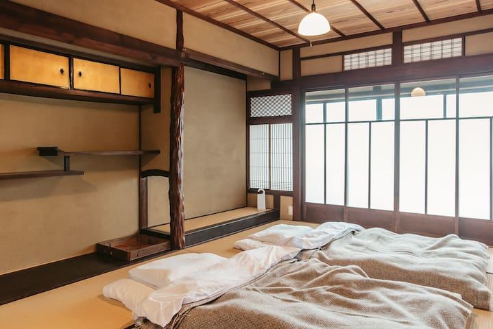 2階の寝室。夏には蚊帳も体験することができます。