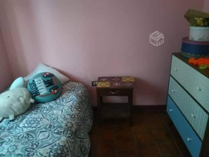Habitación pequeña y acogedora con baño exclusivo
