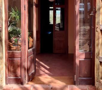 El acceso al interior de la casa tiene un escalón de 10 centímetros con una rampa de madera movible.