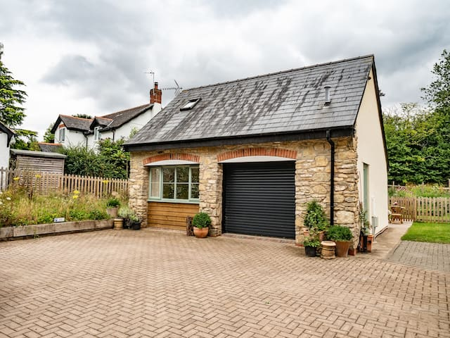 Self contained rural cosy cottage for two