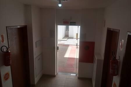 Hall de entrada do bloco. Porta ampla e acessível.