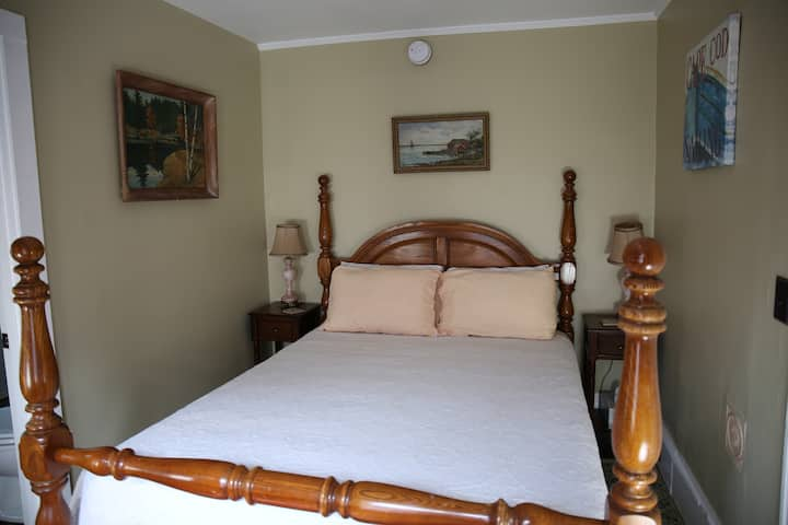 Room 1 - Small room w/Queen bed & PRIVATE bath