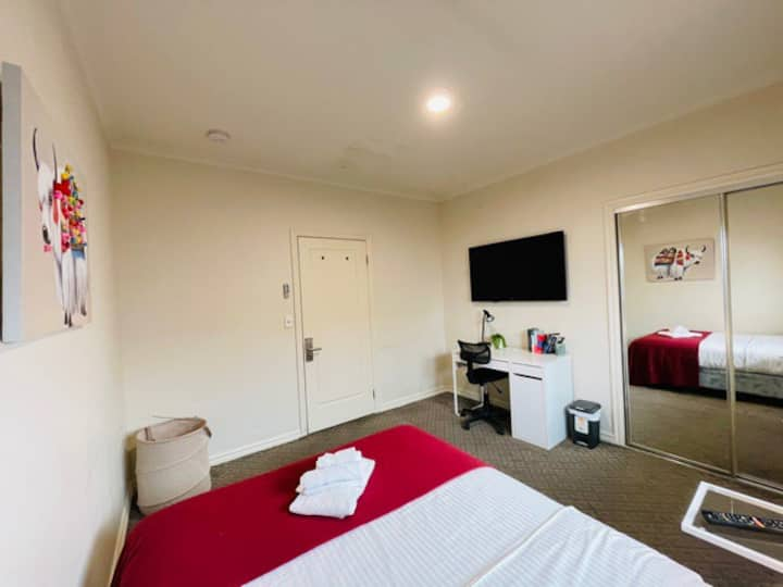 Large & Sunny Room in Brunswick! A/C,Queen Bed,TV