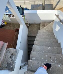 Único medio de acceso al departamento  Las escaleras del 2do al 3er piso son altas y solo cuenta con un pasamanos. Tener en cuenta ya que es de difícil acceso para personas que tienen discapacidad para caminar