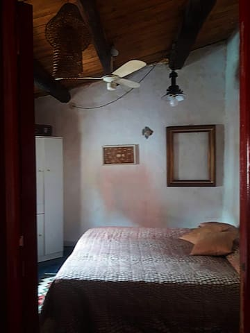 bedroom (1 double bed or 2 single beds)
