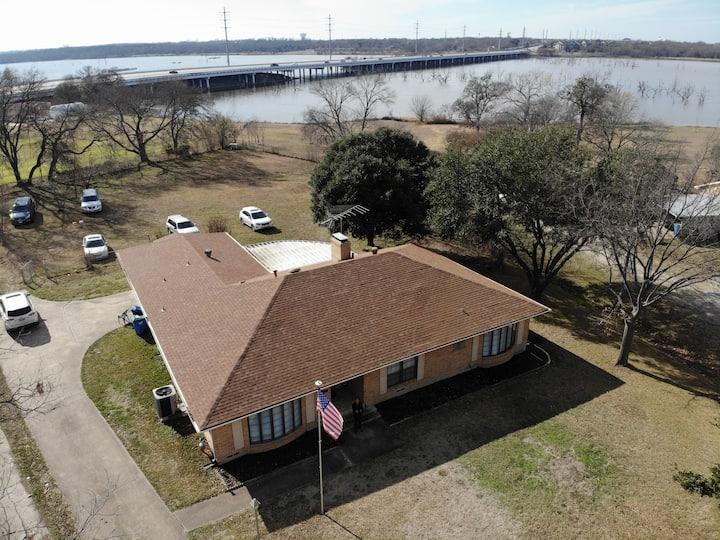 Lakefront Retreat: Lake Side, Fishing, Large Yard