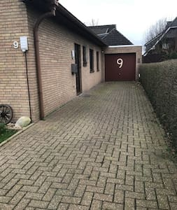 Einfahrt und Hauseingang sind ebenerdig, breit und ohne Stufen oder Steigung.