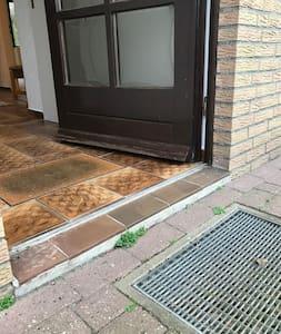 Die Schwelle der Eingangstüre beträgt 5 cm. Sonstige Stufen oder Schwellen sind nicht vorhanden.