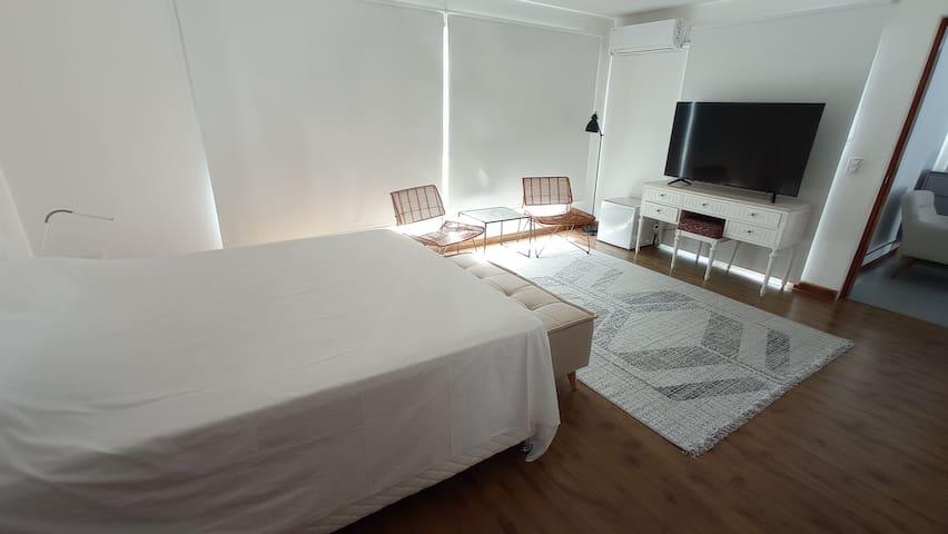 Suite planta alta, con vestidor, frigobar y áreas de estar.
