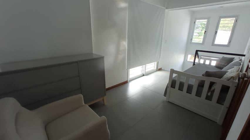 1/2 dormitorio planta alta, para 3 personas (la casa tiene 4 dormitorios más).