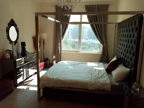 Beautiful master bedroom in perfect Palm location