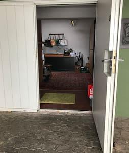 Eingang ins Haus  Eine kleine Schwelle, die aber mit dem Rollstuhl zu meistern ist.