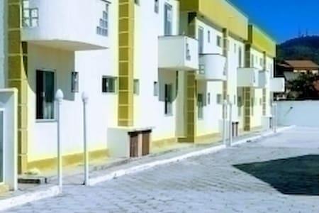 apartamento térreo de facil acesso. A superfície do condomínio é plana desde a entrada até o apartamento e totalmente iluminado.