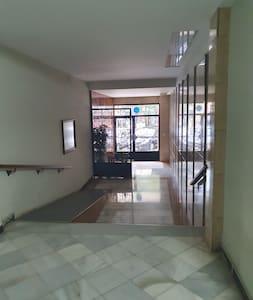 entrada amplia y con rampas para acceso a personas con movilidad reducida