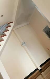 tangga ke lantai 2 dan ruang tamu