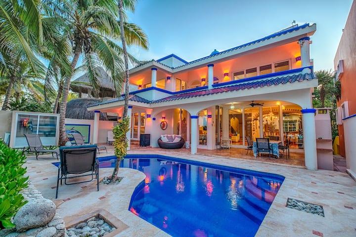 NEW! Amazing beachfront villa w kayaks and pool!