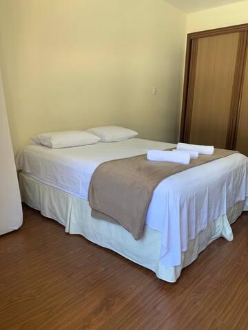 Quarto 2 (cama de casal queen + 2 colchões de solteiro)