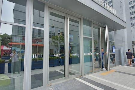 객실로 이동하시는데 계단은 없습니다. 자동문으로 로비에 입장하셔서 엘리베이터를 통해서 룸으로 이동이 가능합니다.
