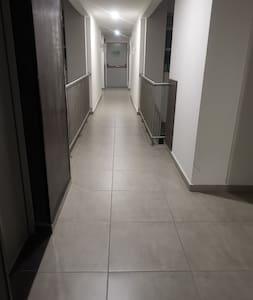 Amplio espacio en el corredor.