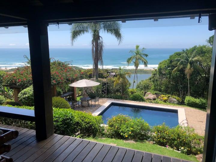 Casa com vista para o mar, piscina e jardim amplo