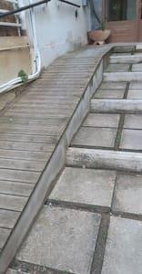बाहरी प्रवेशद्वार तक जाने के लिए बिना सीढ़ियों वाला रास्ता