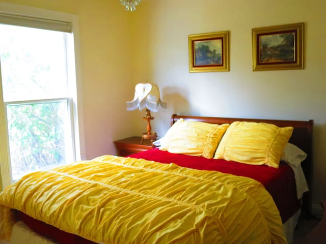 MASTER BEDROOM HAS A QUEEN-SIZE BED