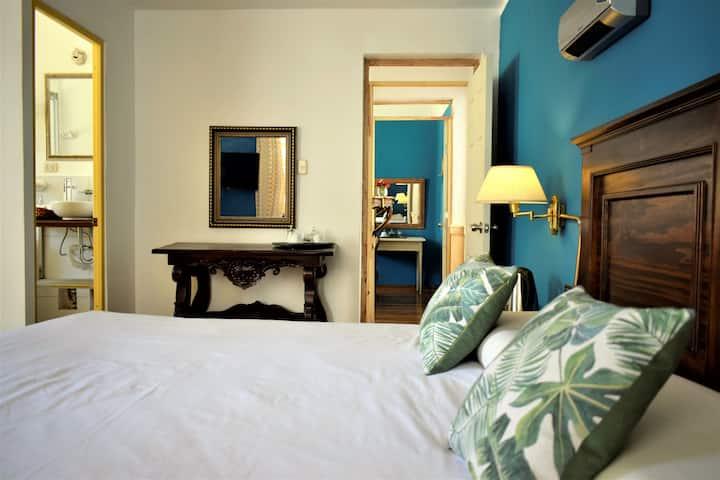 Habitación con balcón y baño privado King