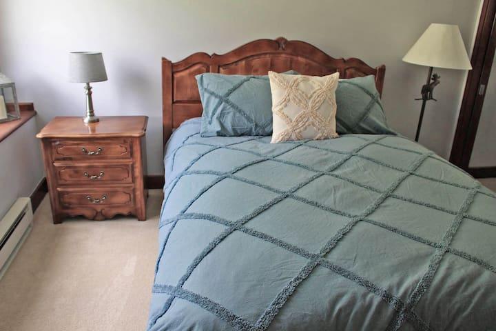 Guest Room 2: Queen bed, closet, cable TV, en-suite bathroom.