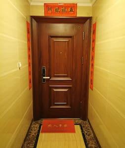房屋大门的门槛约两公分高。