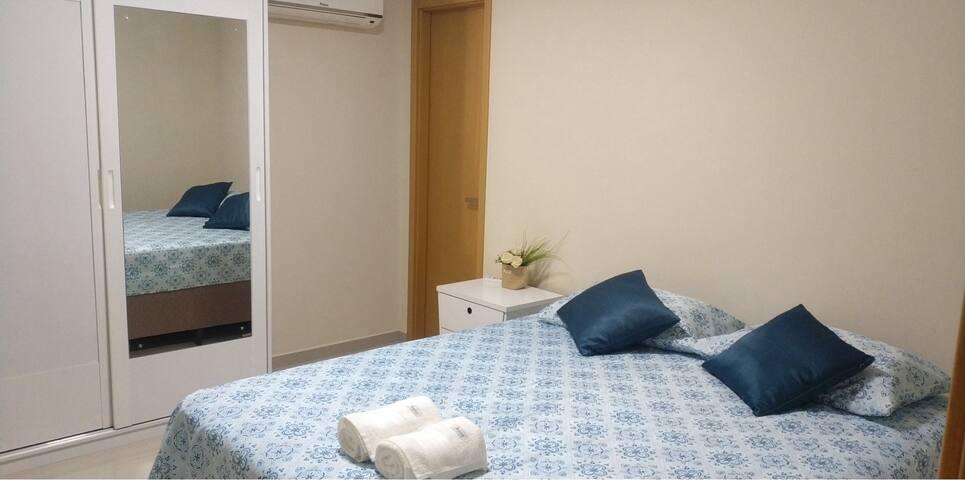 Suite climatizada com cama Queen mais roupeiro com espelho para que você organize suas coisas com conforto e praticidade.