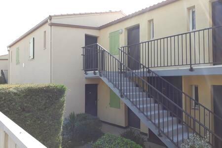 Appartement au rez-de-chaussée avec un rebord à la porte d'entrée.  L' accès se fait par un passage plat OU par 5 marches