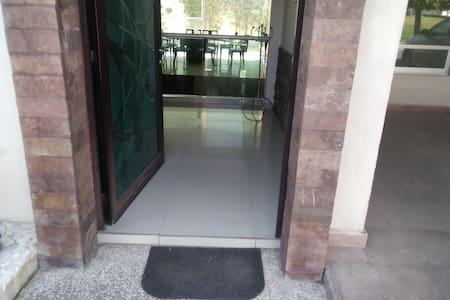Entrada principal amplia con ancho de 1.10 mt. y pasillos de entrada de una dimensión de 1.50 mt.