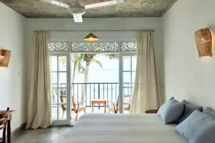 """Mamma Mia Mirissa"" spacious AC room, ocean view"