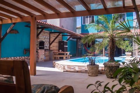 Casa com 4 quartos e piscina, perto da praia!