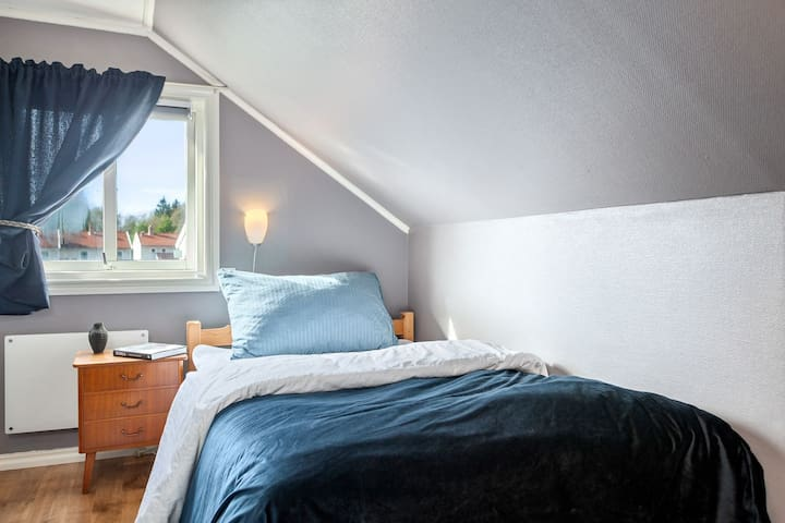 Et lyst og luftig soverom i 2. etasje, med ei god enkeltseng (120 cm bred).