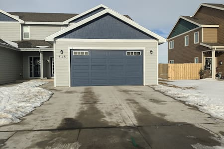 easy walk from street or  driveway to front door. garage entrance is well lit